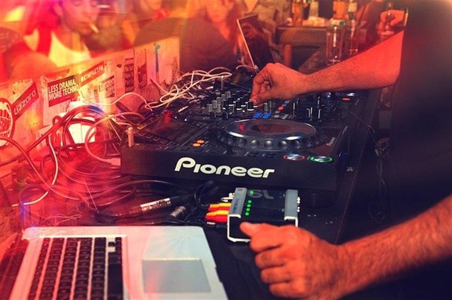 Découvrez Jonathan Sicart, un champion automobile et DJ